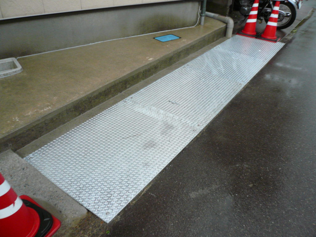 縞鋼板製側溝蓋
